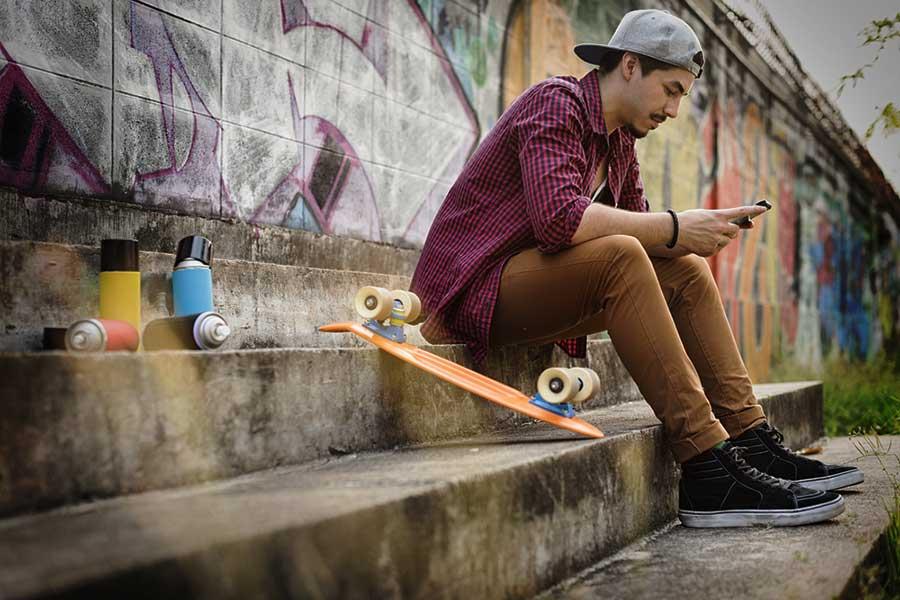 ragazzo skater seduto
