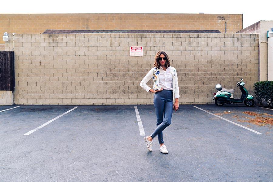 ragazza con skinny jeans